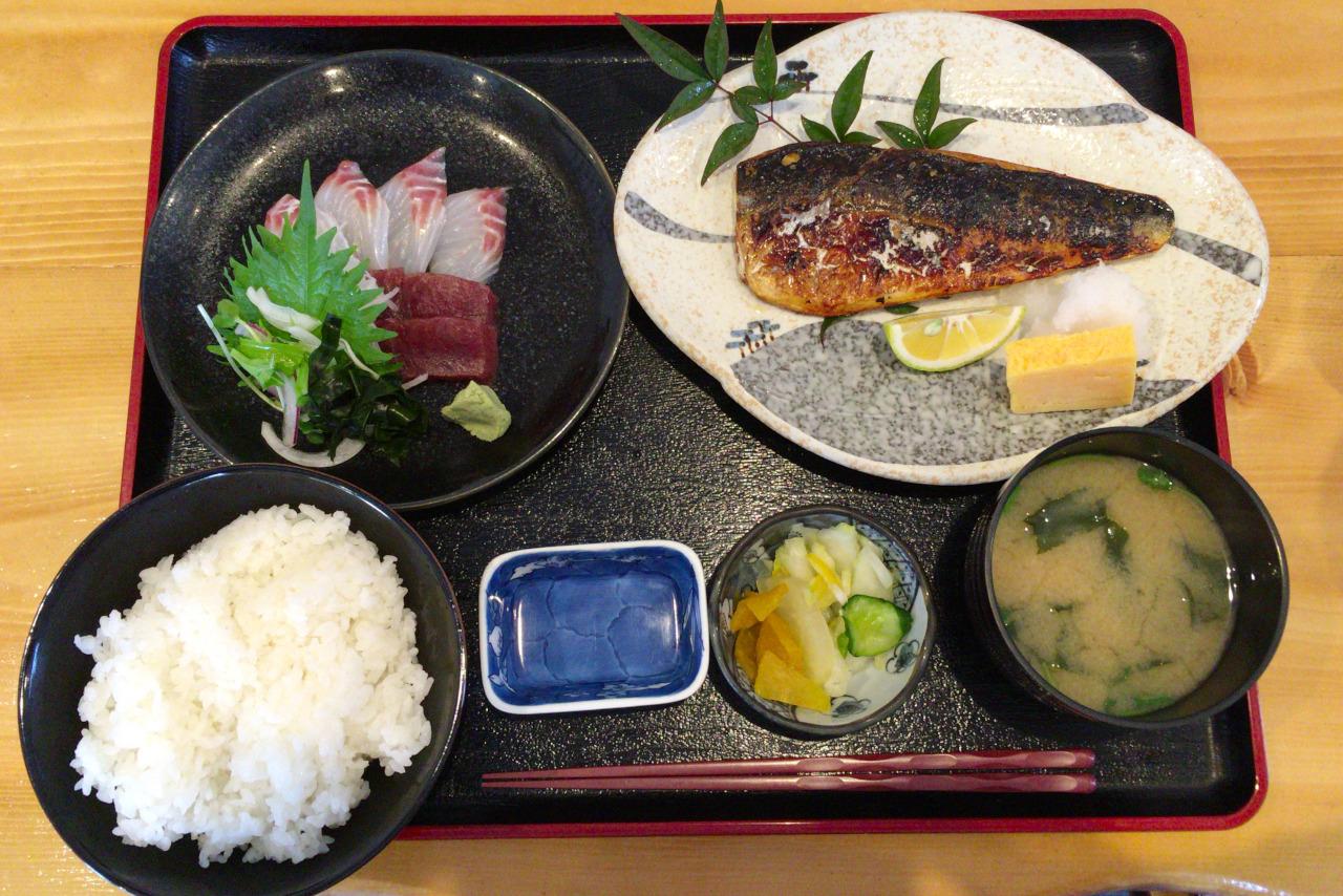 千葉市中央区 海鮮食堂かいじの日替わりスズキ鮪刺身&サバ塩焼き定食が新鮮な魚たっぷりで旨すぎる