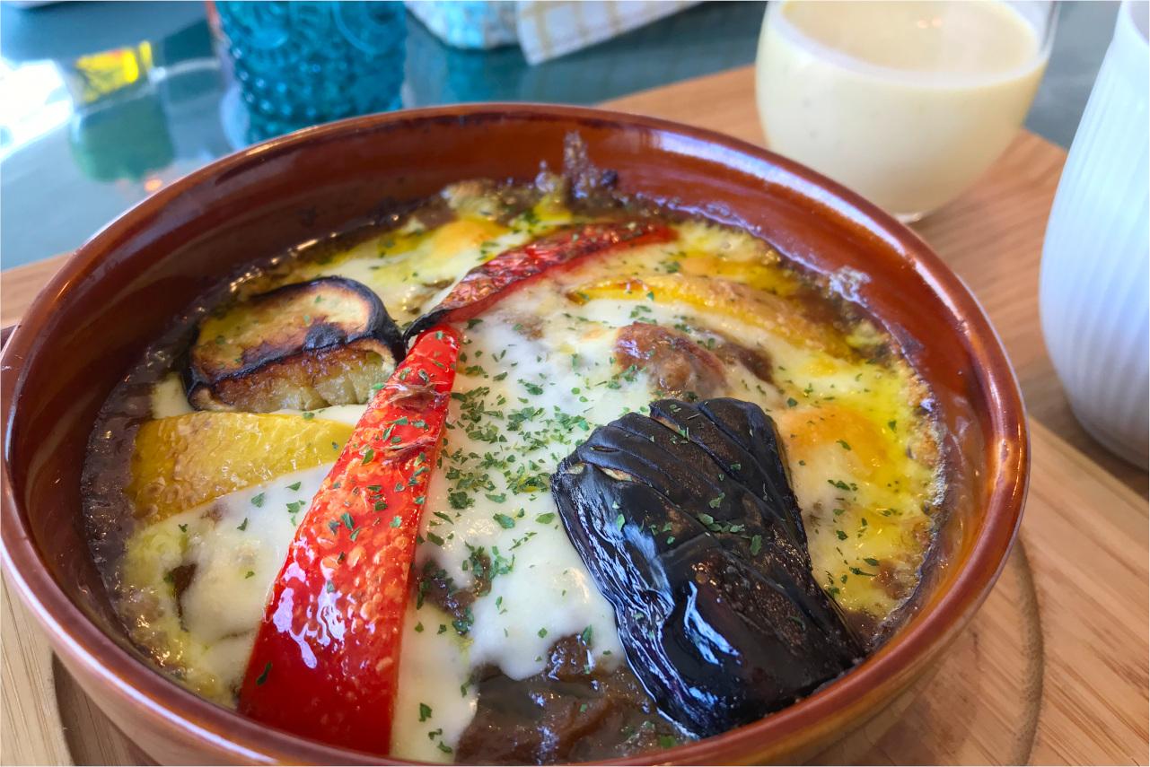 御成街道に昨年オープン オリーブカフェダイニングの焼きカレーランチはチーズがとろとろで絶品!濃厚マンゴースムージーもサービス!?