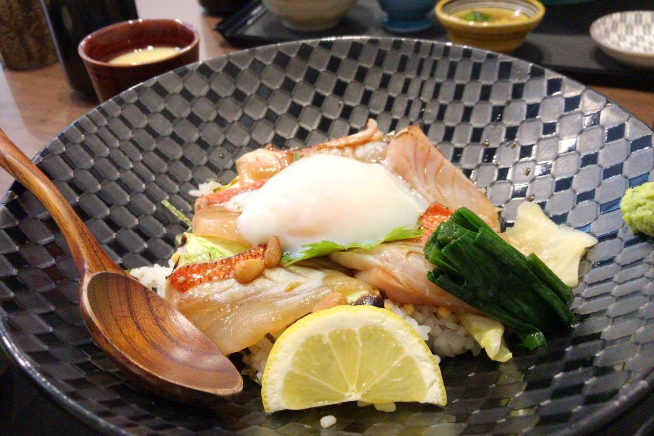 稲毛六方町の魚彩 二幸で海鮮和食ランチ!金目鯛炙り丼は脂たっぷり旨味ぎっしり、ほろとろ不思議食感から垣間見えるキンメの底力