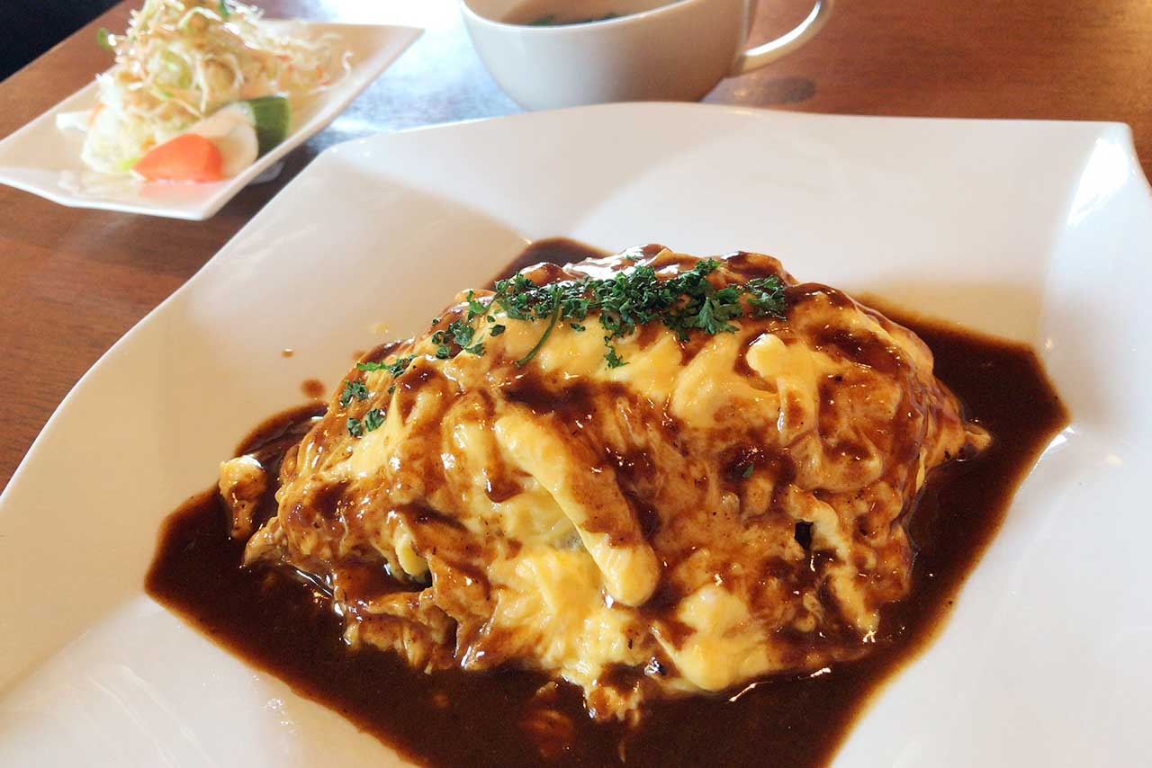 千城台北コーヒーラウンジ風の館 ランチのオムライスがふわふわ卵に甘めデミグラスソースでホッとする優しい味わい